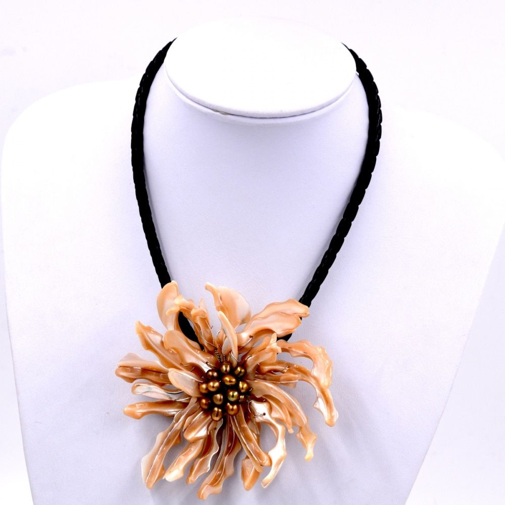 New Arrival Fashion Jewelry Beige Sea shell and brown pearl flower chokers necklace For Women Fashion Jewelry Party Gift