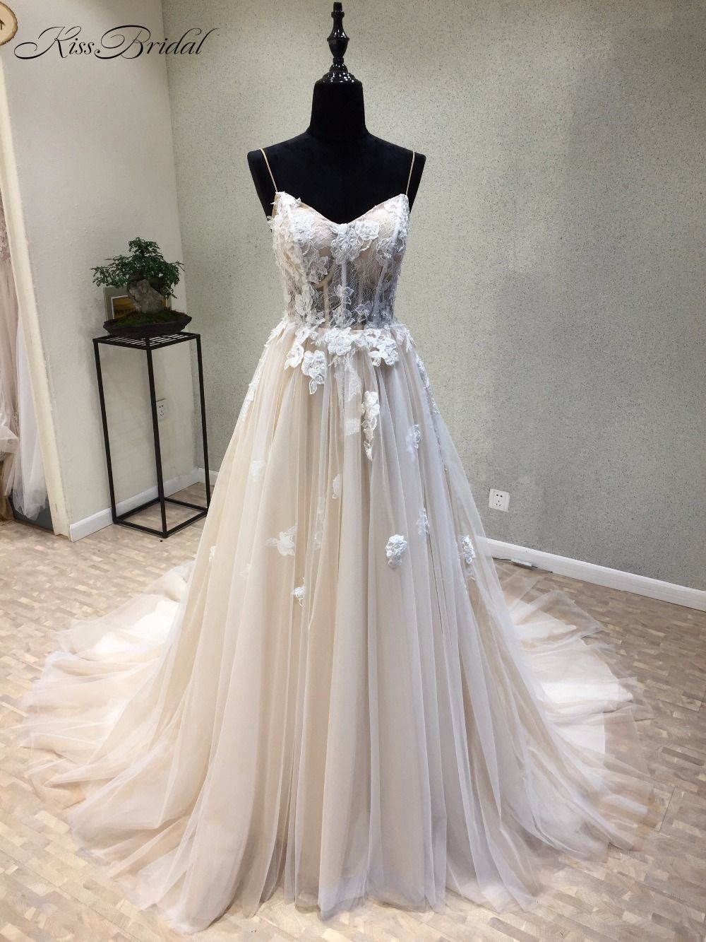 Amazing New Long Wedding Dress 2018 Sweetheart Spaghetti Strap Lace Up Back A-Line Appliques Tulle Wedding Gowns Vestido longo