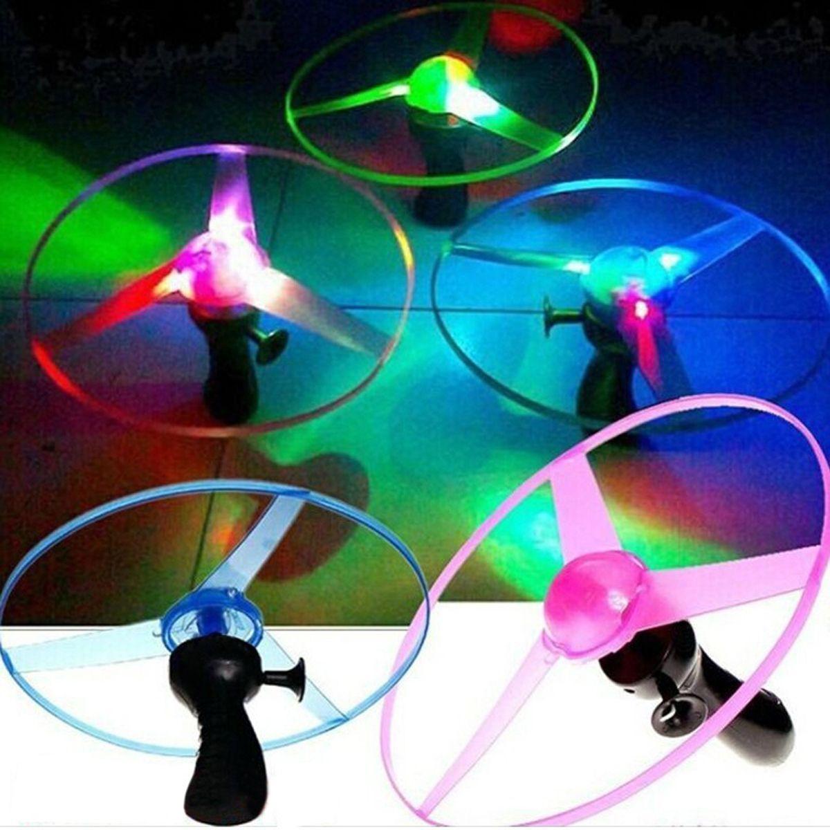 2017 hohe Qualität 1 stücke Grün/Blau Farbe Zufällig Spin LED Blinklicht Hubschrauber Fliegende Untertasse UFO kinder Outdoor Spielzeug