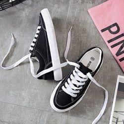Женские кроссовки; Новинка 2019 года; модная женская обувь на шнуровке; Цвет черный, белый; однотонная Повседневная парусиновая обувь