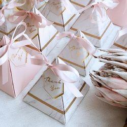 Nouvelle Europe Triangulaire Pyramide Style Boîte De Bonbons De Mariage Favorise des Approvisionnements de Fête Papier Cadeau Boîtes avec MERCI Carte et Ruban