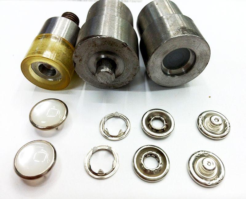 Boutons en métal. Boutons-pression en métal bouton outils. oeillets métalliques rivet. Vêtements et accessoires. Moule d'installation de bouton. dies