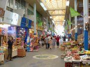 位於石垣島的「三崎町繁華街」,土產店與餐飲店林立,是充滿懷舊氣氛的場...
