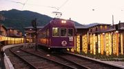搭乘京都「嵐電」列車賞楓 復古造型穿梭在古色古香的京都 沿線觀賞世界遺...
