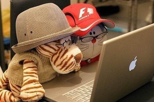 [Image: boneka-nonton-di-laptop-apple-1.jpg]