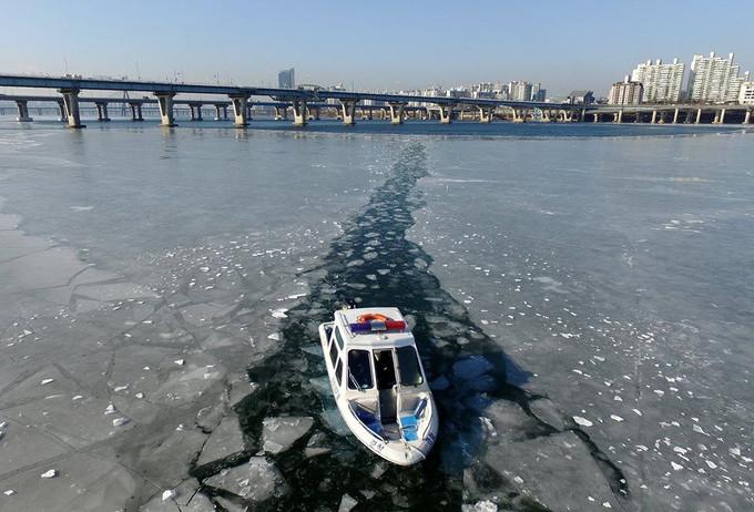 寒流吹韓國 零度變負16度 凍到漢江都冰封了 連生活都受影響.