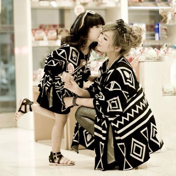 Retail Mom and Daughter Matching Clothes 2016 Fashion Geometric Patterned Batwing Cape Family Look Girl and Mother Cardigan