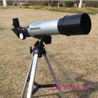Telescopio astronómico de los niños es la ciencia de equipo de laboratorio de ciencia de equipo en la sala de