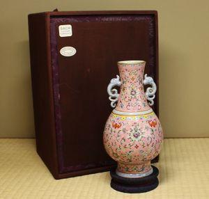 特別出品 清代官窯粉彩蝙蝠花文瓶・大清乾隆年製銘 中国古玩古美術伝来品