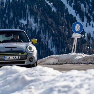 Mini тестира Mini: Со погон на струја на снег во планина