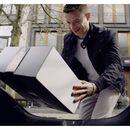 Mercedes доставува пратки во багажникот