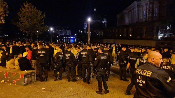 Lärmbelästigung, Flaschenwürfe, Festnahmen: Massenschlägerei im James-Simon-Park! Polizei sprengt erneut illegale Party