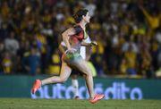 美女健身教練半裸衝入羅沙里奧中央主場(有片睇)