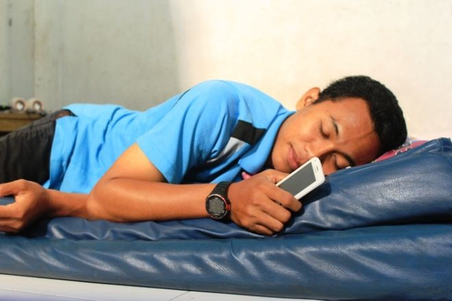 [Image: bahaya-tidur-dekat-smartphone-catatan-imanku.jpg?w=660]