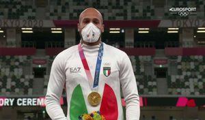 jacobs commosso sul podio durante la premiazione dei 100 metri: 'sto cominciando a realizzare ora'