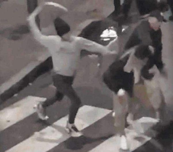 a roma un gruppo ragazzi provoca un 54enne in un bar e lo pesta in strada con calci e pugni e...