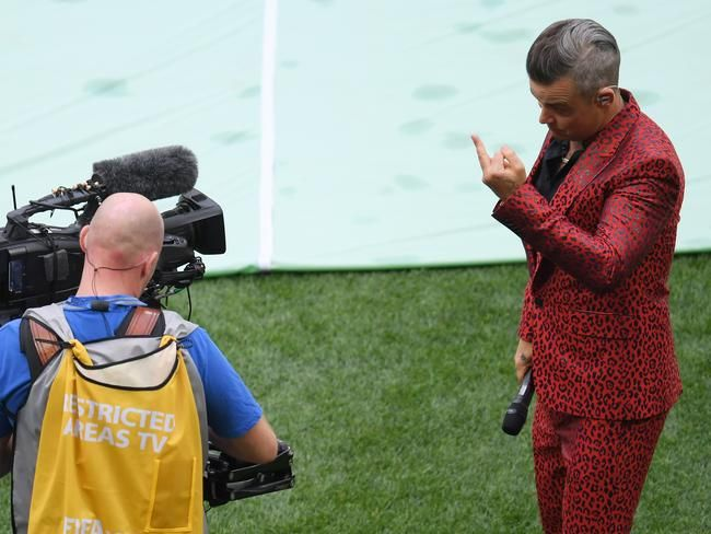 Robbie Williams addresses his bizarre World Cup opening ceremony performanceの代表サムネイル