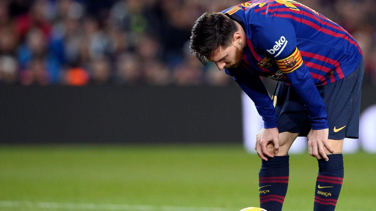 Lionel Messi returned to score twice, but it wasn't enough to save Barca from defeatの代表サムネイル