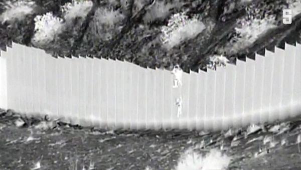 Grenze USA/Mexiko: Schleuser lassen Kinder am Grenzzaun hinabfallen