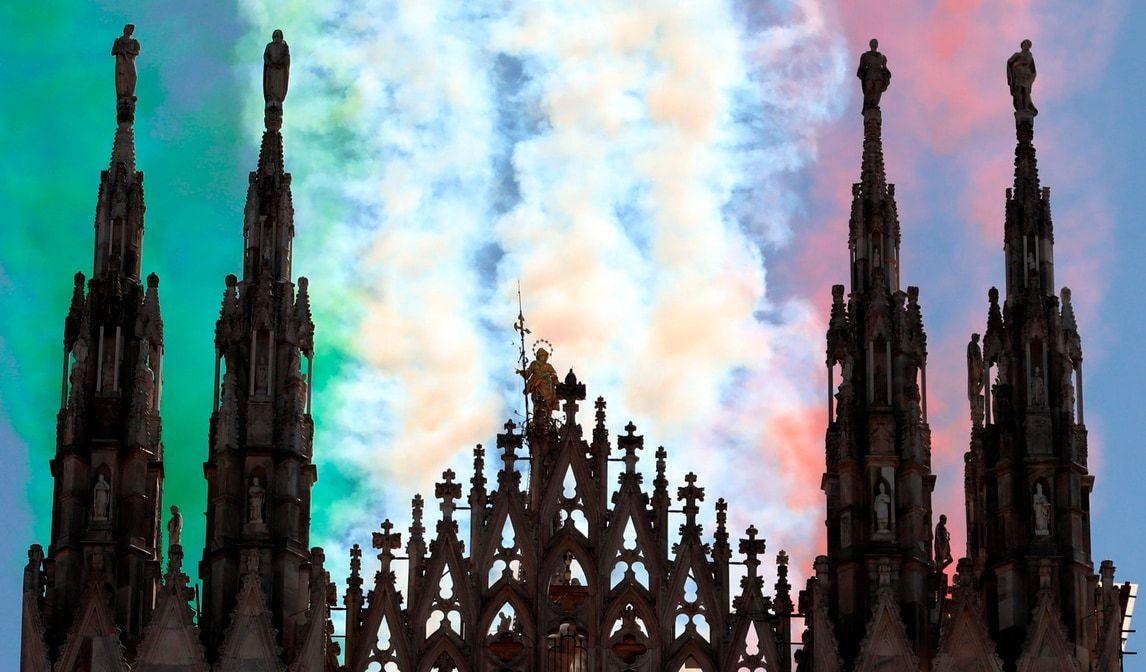Frecce tricolori sopra Milano spettacolo cielo