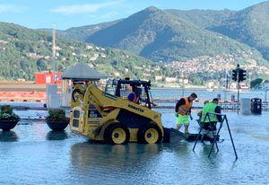 Maltempo al Nord: esonda il lago di Como, strade allagate