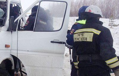 Два человека погибли и четыре пострадали в ДТП с микроавтобусом в Красноярском крае