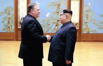 Белый дом опубликовал фотографии со встречи Помпео и Ким Чен Ына