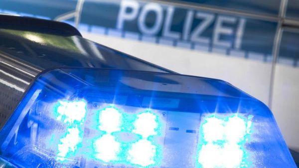 Polizei löst Menschenansammlung auf: Beamte verletzt