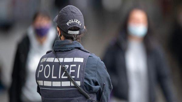 Polizei löst AfD-Gegendemo auf: Aktivist greift Beamte an