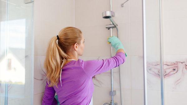 Dusche mit Spülmaschinentab reinigen: Mit diesem Trick vertreiben Sie Kalk in Rekordzeit!
