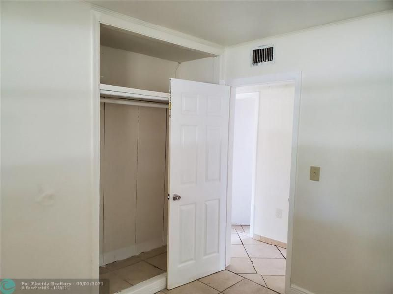 Browardale 1st Add 43-8 B for Sale - 561 NW 33rd Ave, Lauderhill 33311, photo 5 of 9
