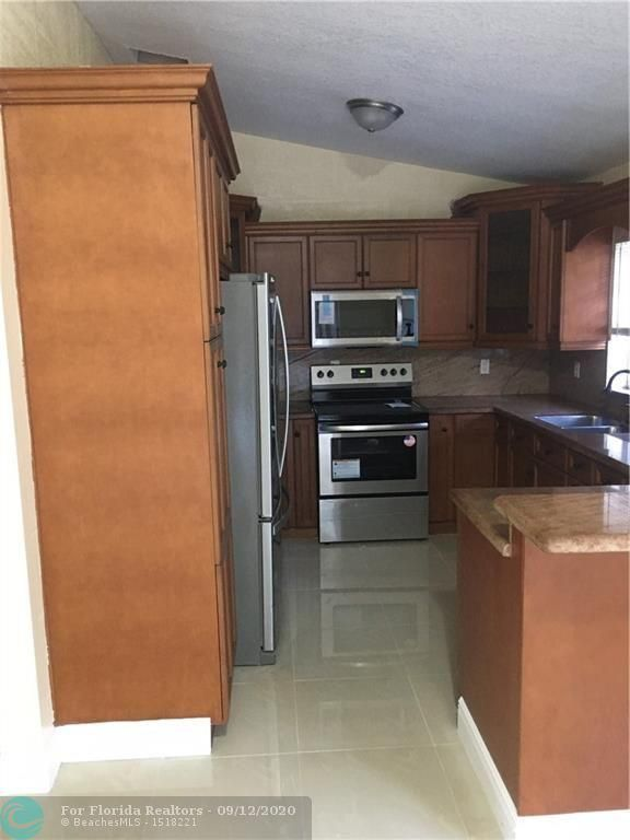Silver Lakes At Pembroke for Sale - 440 SW 176th Ave, Pembroke Pines 33029, photo 2 of 12