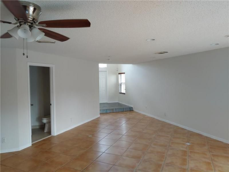 The Palm Island 151-31 B for Sale - 7496 Viscaya Cir, Margate 33063, photo 3 of 11