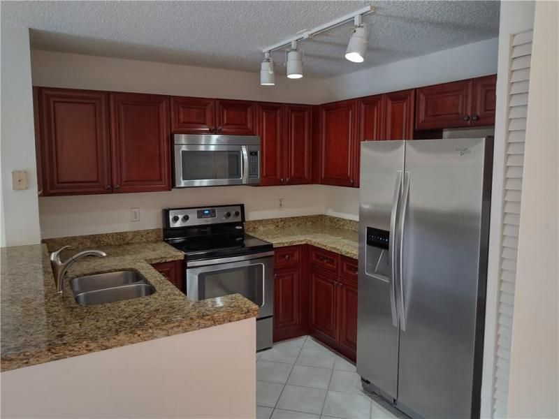 The Palm Island 151-31 B for Sale - 7496 Viscaya Cir, Margate 33063, photo 4 of 11