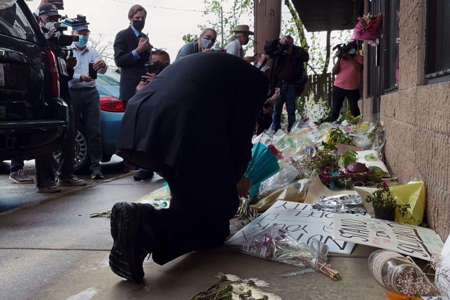 联邦众议员艾尔·格林在一家发生枪击的亚特兰大按摩店前对默哀死者(美国之音记者文灏拍摄)