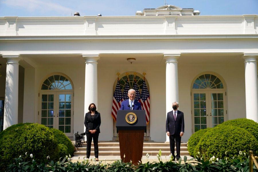 资料照片:美国总统拜登、副总统哈里斯和司法部长加兰德在白宫玫瑰园谈枪支暴力问题。(2021年4月8日)