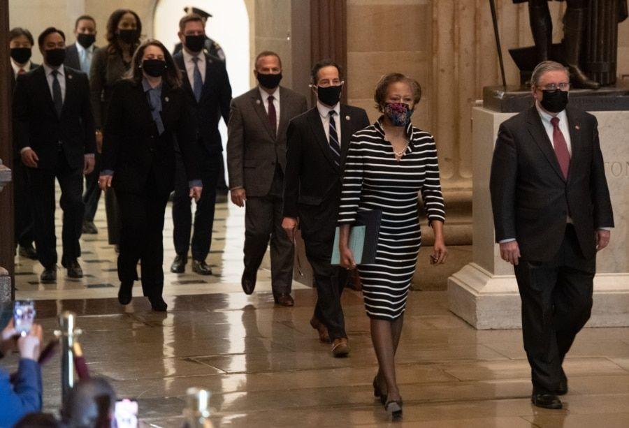 众议院弹劾经理人走过国会大厦圆厅向参议院递交针对前总统特朗普的弹劾条款。(2021年1月26日)