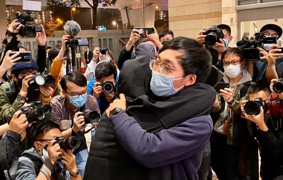 有被告家属得知保释申请被拒绝,在法院大楼外抱着元朗区议员林进痛哭(美国之音/汤惠芸)