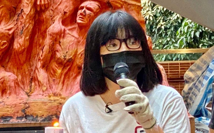支联会副主席邹幸彤表示,国安法下首次洗刷国殇之柱有特别的象征意义,希望以行动战胜恐惧,延续悼念六四的烛光 (美国之音/汤惠芸)