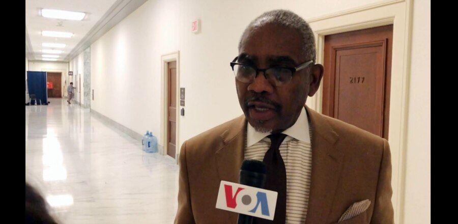 资料照片:米克斯众议员在国会接受美国之音采访。