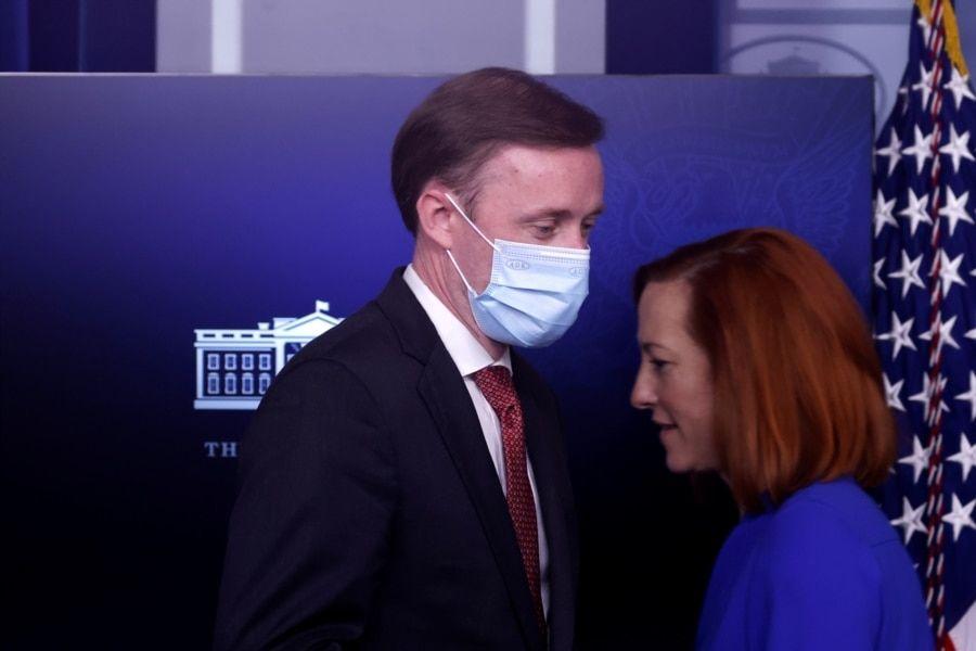 白宫发言人萨琪与国安顾问沙利文2021年3月12日在白宫出席一个媒体简报会(路透社)