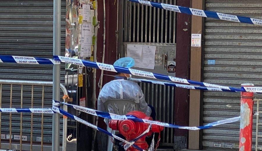 香港當局派駐人員看守封鎖區內的大廈出入口,禁止居民隨便出入。(美國之音 湯惠芸拍攝)