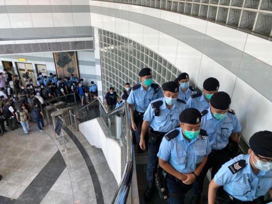 2020年8月10日香港警方搜查壹传媒大楼。(苹果日报图片)