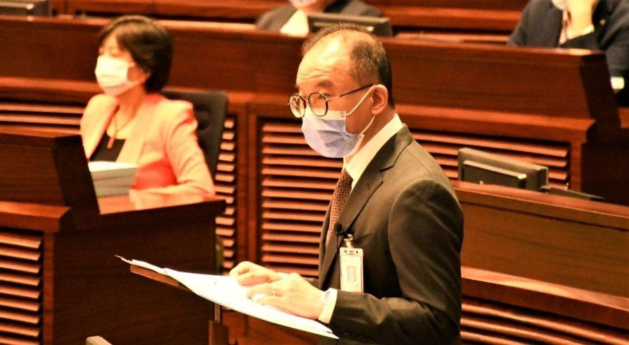 香港政制及内地事务局局长曾国卫4月14日在立法会大会动议二读选举制度修订草案 (美国之音/汤惠芸)
