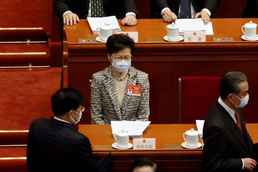 香港特首林郑月娥出席北京人大会堂举行的全国人大年度会议(路透社2021年3月5日)