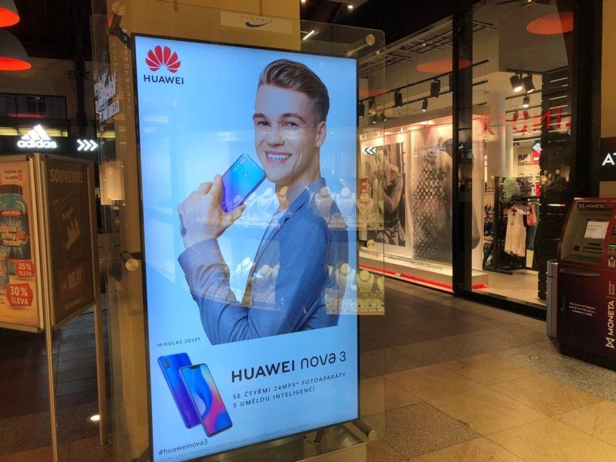 资料照片:在捷克共和国布拉格一家大型购物中心内的华为手机广告。(2018年9月29日)