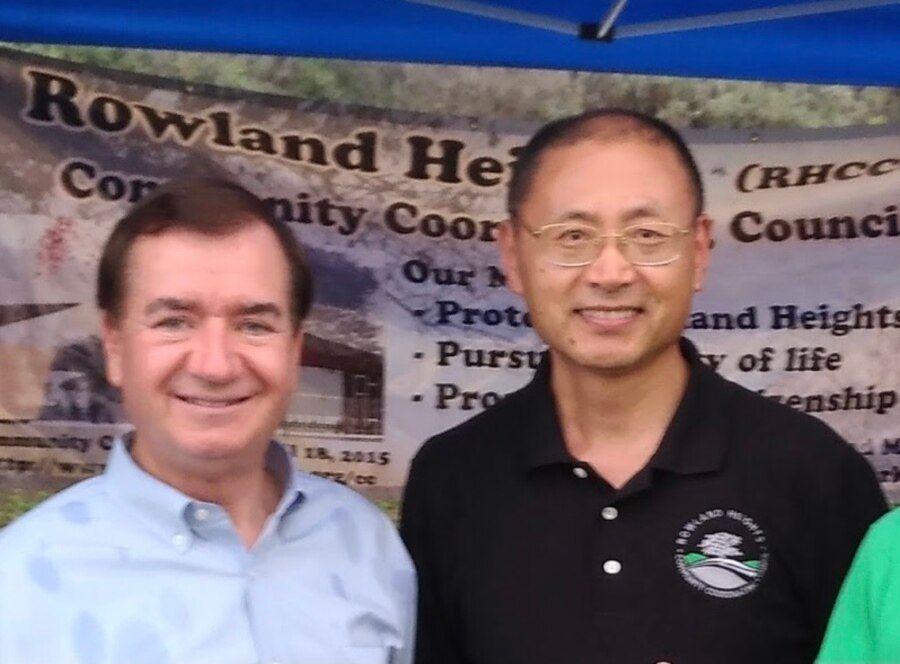 孟宪军与时任美国联邦众议员罗伊斯(Ed Royce)在罗兰岗的社区活动上。(2017年8月1日,本人提供)