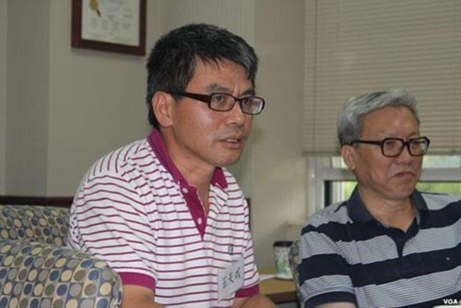 资料照:中国民主转型研究所所长王天成(左)