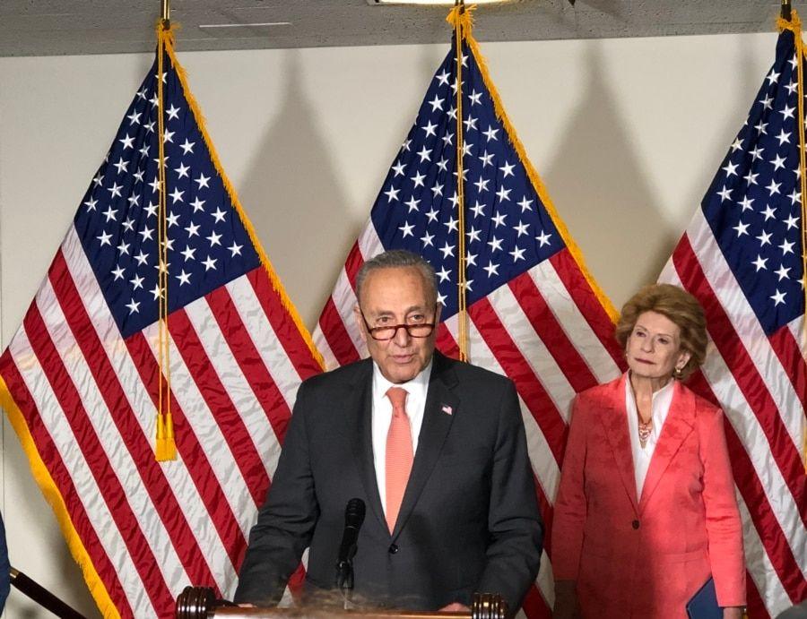 参议院多数党领袖舒默2021年6月8日在国会山召开记者会接受媒体提问(美国之音李逸华拍摄)
