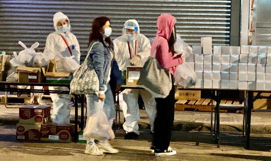 1月26日晚油麻地封锁区内需要接受突袭式强制检测的居民,领取政府派发的食物等物资。 (美国之音/汤惠芸)